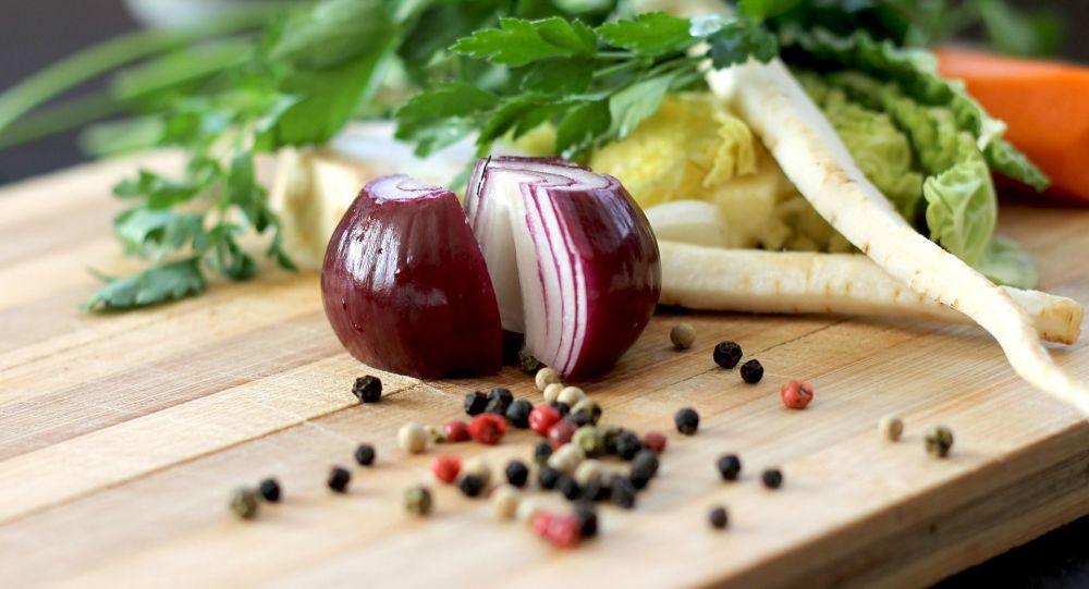 ماذا سيحدث للجسم إذا أكلت البصل النيء...يضعف ويزيد ضغط الدم
