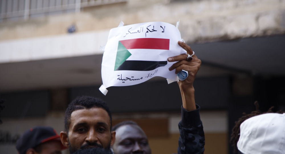 """ناشطون سودانيون يرفعون شعار """"لا لحكم العسكر"""" من بيروت... صور"""