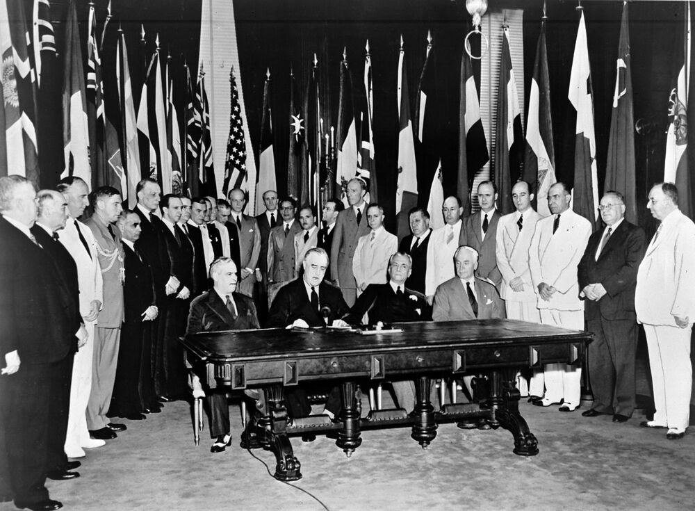 في 1 يناير/ كانون الثاني 1942، اجتمع ممثلو 26 دولة حليفة، التي تحارب ضد لدول المحور، في واشنطن العاصمة ليتعهدوا بدعم الميثاق الأطلسي من خلال التوقيع على إعلان الأمم المتحدة. احتوت هذه الوثيقة على أول استخدام رسمي لمصطلح الأمم المتحدة، الذي اقترحه رئيس الولايات المتحدة فرانكلين ديلانو روزفلت (جالس، الثاني من اليسار).