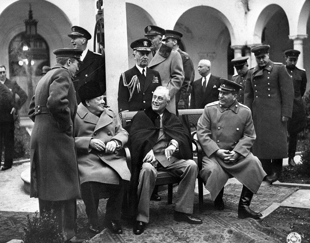مؤتمر يالطا بحضور قادة قوات الحلفاء: التقى رئيس الوزراء البريطاني تشرشل والرئيس الأمريكي روزفلت والزعيم السوفيتي جوزيف ستالين، شبه جزيرة القرم، 1945
