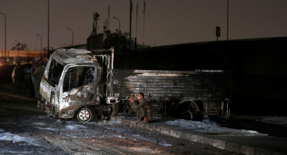 حريق في خط للبترول الخام على طريق الإسماعيلية الصحراوي، القاهرة، مصر 14 يوليو 2020