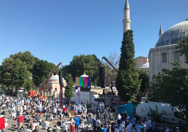 إقبال المصلين على آيا صوفيا في إسطنبول بعد تحويلها إلى جامع، لأداء أول صلاة جمعة