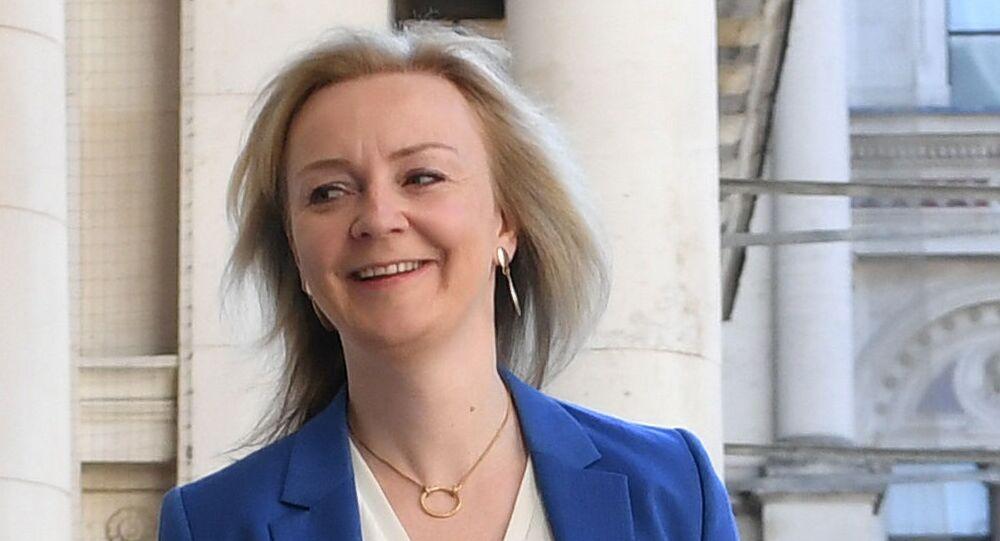 وزيرة التجارة الدولية البريطانية ليز تروس  قبل اجتماع لمجلس الوزراء الذي عقد لأول مرة منذ إغلاق كوفيد 19 في لندن