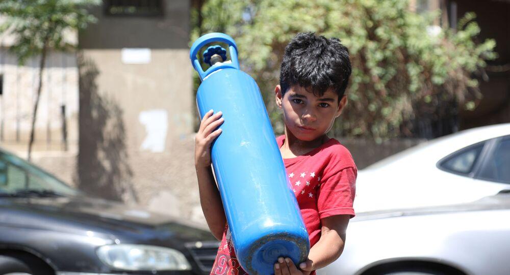 السوريون يضمون اسطوانات الأوكسجين إلى قائمة المونة