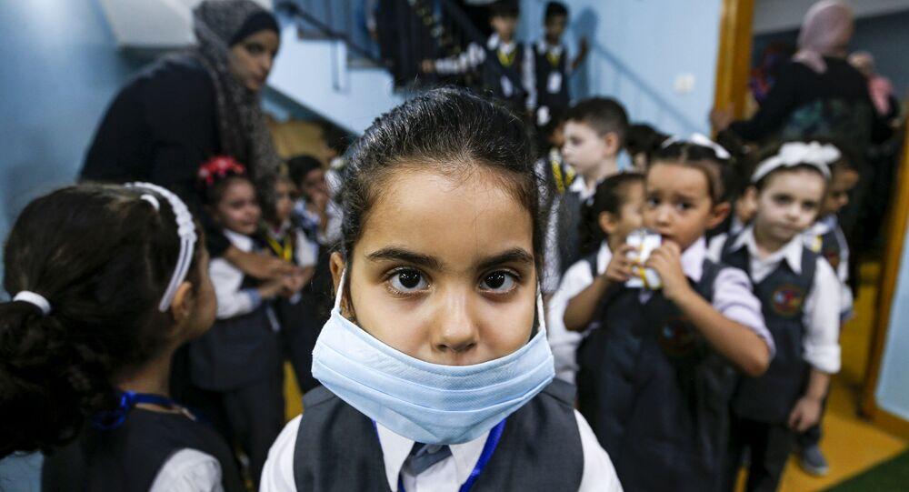 تلميذة ترتدي كمامة طبية في روضة أطفال في مدينة غزة، في إطار الاجراءات الاحترازية لمنع تفشي فيروس كورونا في قطاع غزة، فلسطين 10 أغسطس 2020