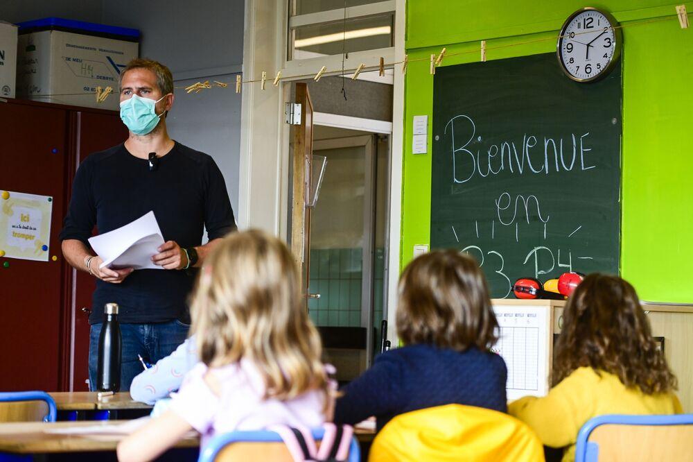 مدرّس إبتدائي يرتدي كمامة طبية خلال الفصل الدراسي في مدرسة في بروكسل، بلجيكا 1 سبتمبر 2020