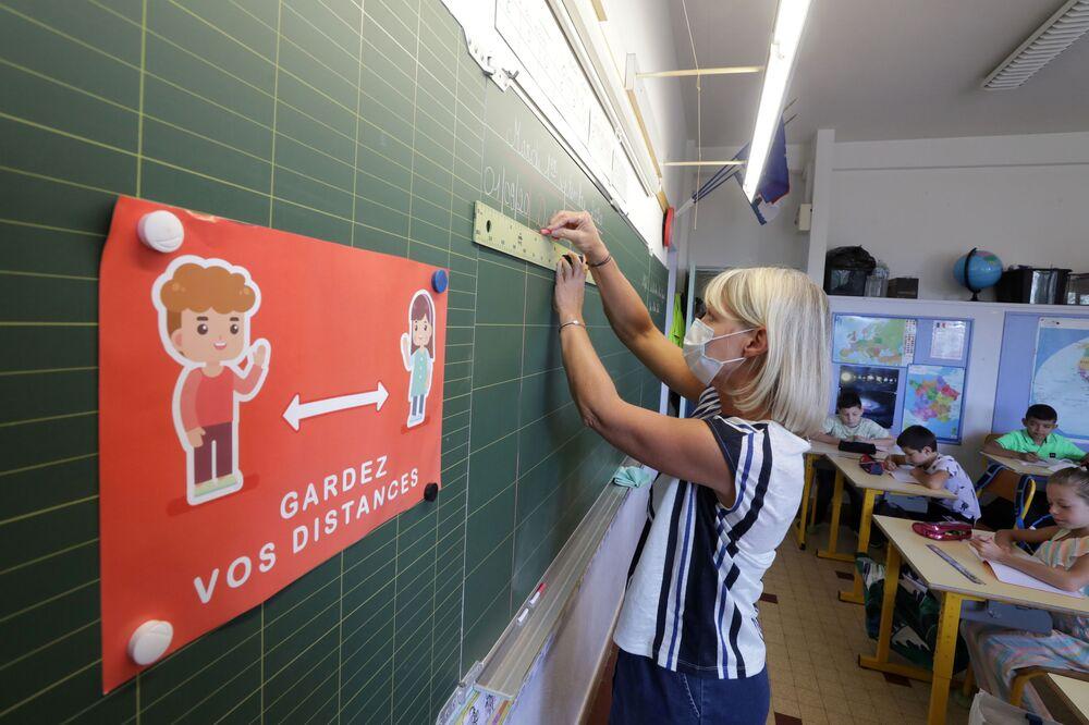 مدرّسة ترتدي كمامة طبية أثناء الفصل الدراسي في مدينة نيس، فرنسا 1سبتمبر 2020