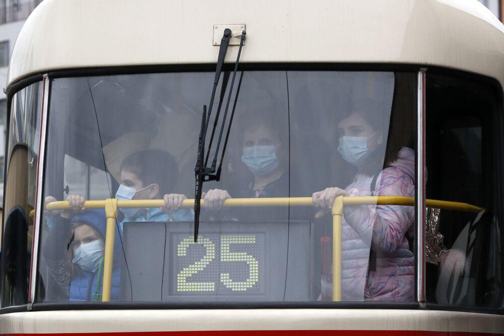 أشخاص يرتدون كمامات طبية داخل حافلة عمومية في مدينة براغ، جمهورية التشيك1سبتمبر 2020