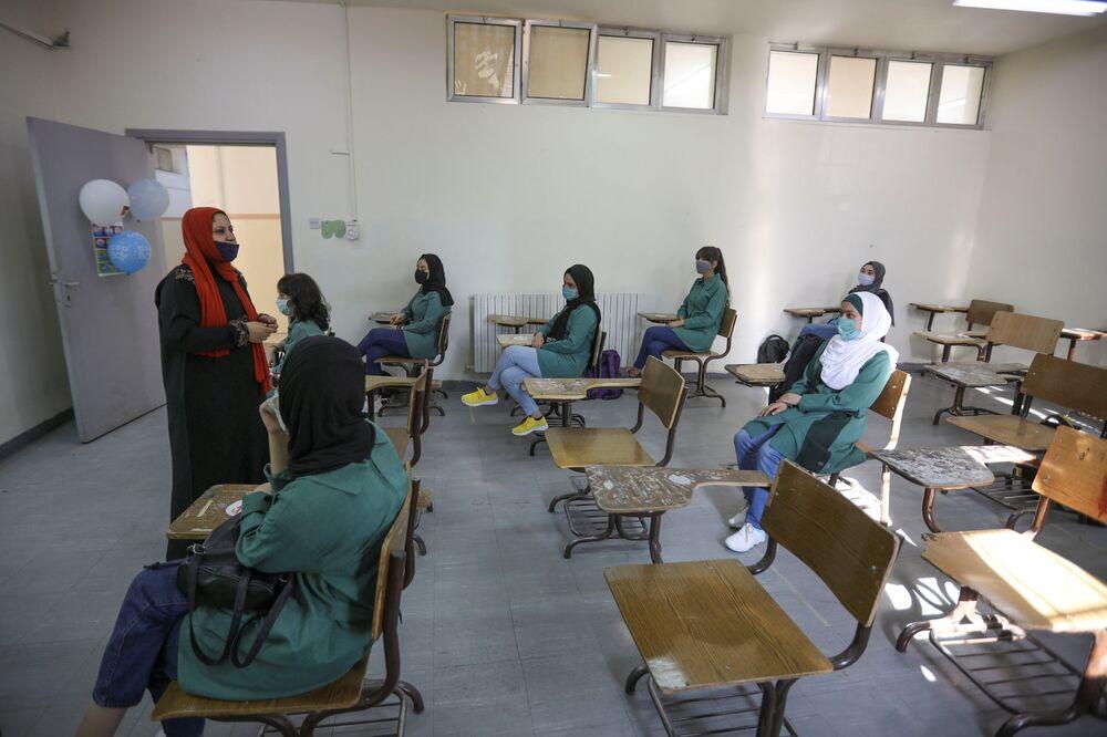 تلاميذ أردنيون في اليوم الأول من الفصل الدراسي في مدينة عمّان، الأردن 1 سبتمبر 2020