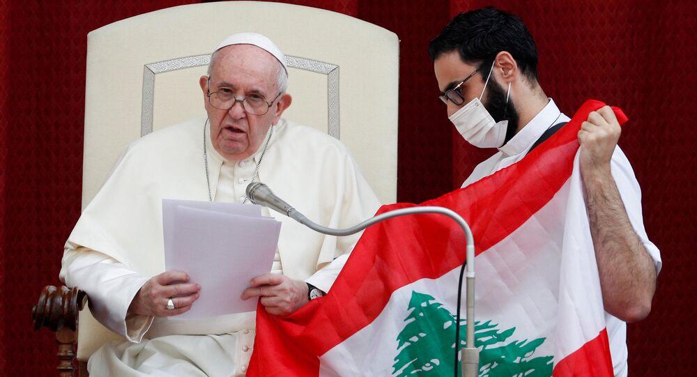 البابا فرانسيس يقبل علم لبنان، الفاتيكان  2 سبتمبر 2020