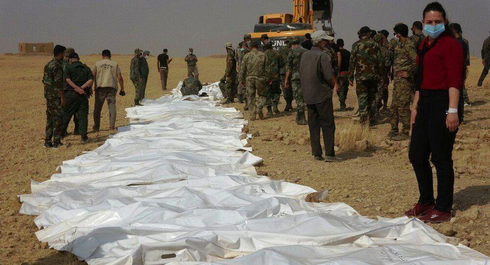 انتشال 57 جثمانا لجنود سوريين من مقابر جماعية بالرقة