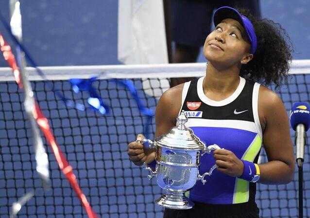 اليابانية نعومي أوساكا اليابانية تحتفل بكأس البطولة بعد مباراتها ضد فيكتوريا أزارينكا من بيلاروسيا في نهائي فردي السيدات في اليوم الثالث عشر من بطولة أمريكا المفتوحة للتنس
