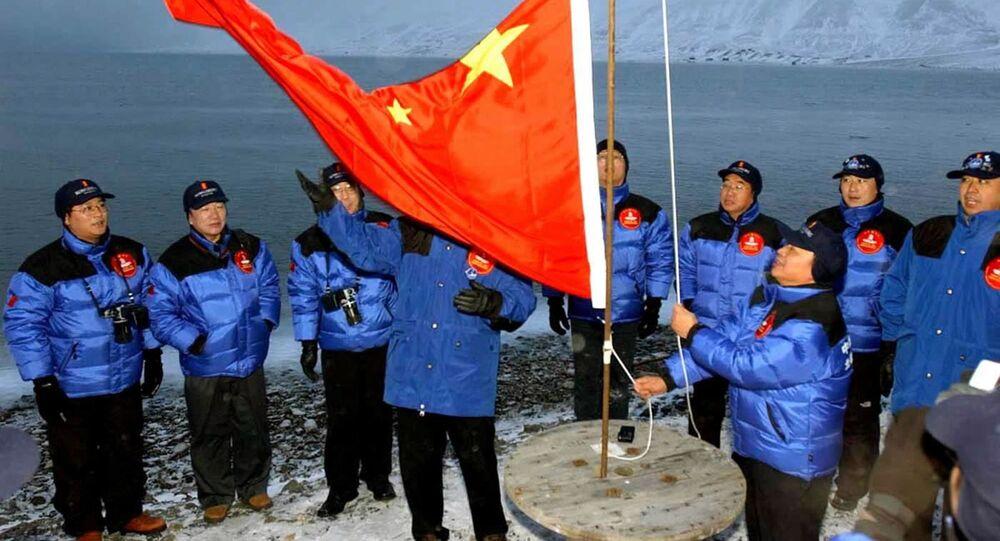أعضاء بعثة صينية إلى القطب الشمالي يرفعون علم الصين في لونغييربين في جزيرة سبيتسبيرغن / سفالبارد، شمال النرويج، 31 أكتوبر 2001