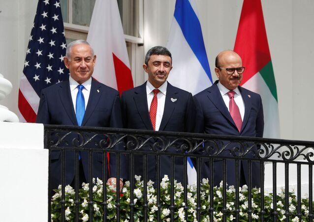 وزير الخارجية البحريني عبد اللطيف الزياني مع وزير الخارجية الإماراتي عبد الله بن زايد مع رئيس الوزراء الإسرائيلي بنيامين نتنياهو خلال التوقيع على اتفاق السلام في البيت الأبيض
