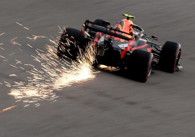 ألكسندر ألبون من فريق ريد بول خلال مرحلة التأهل من سباق جائزة روسيا الكبرى فورمولا 1 على خط بداية الإنطلاق، في مدينة سوتشي الروسية، 27 سبتمبر 2020