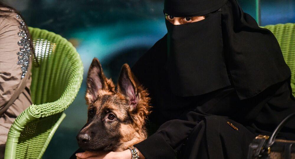 امرأة سعودية برفقة كلبها في مقهى Barking Lot في مدينة الخبر، المملكة العربية السعودية 25 سبتمبر 2020