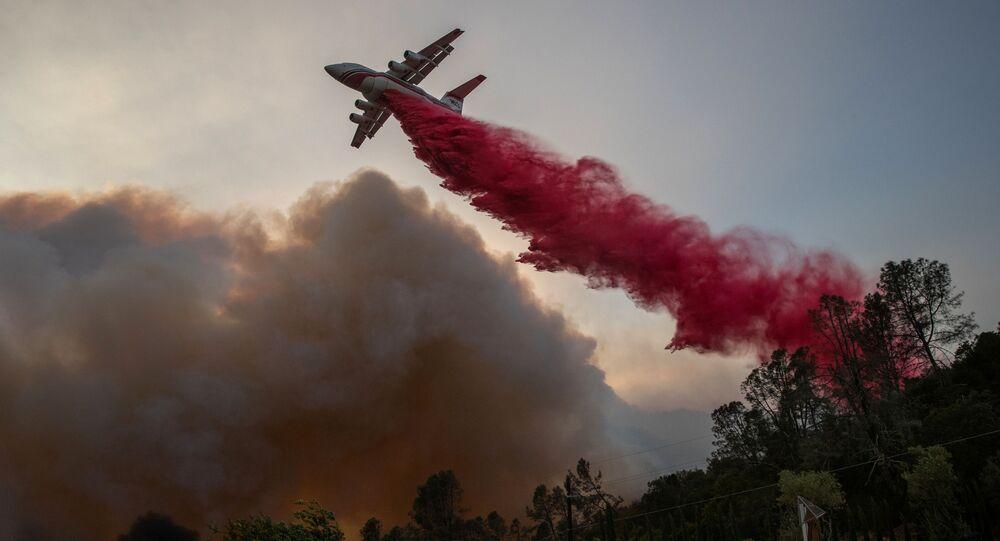 إطفاء الحرائق في حديقة دير بارك في ولاية كاليفورنيا، الولايات المتحدة 27 سبتمبر 2020