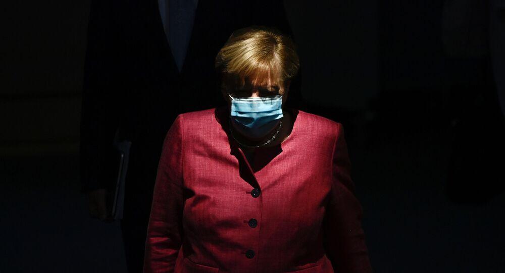 المستشارة الألمانية أنجيلا ميركل ترتدي كمامة طبية لدى وصولها مبنى البرلمان الألماني بوندستاغ في برلين، ألمانيا 30 سبتمبر 2020