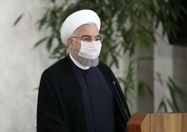 الرئيس الإيراني حسن روحاني يرتدي كمامة واقية من فيروس كورونا المستجد