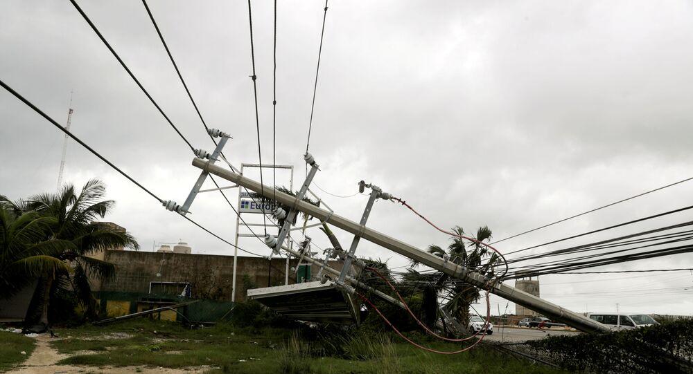 سقوط عمود مرافق بعد أن ضرب إعصار دلتا ، في كانكون ، في ولاية كوينتانا رو ، المكسيك ، 7 أكتوبر ، 2020. رويترز / هنري روميرو