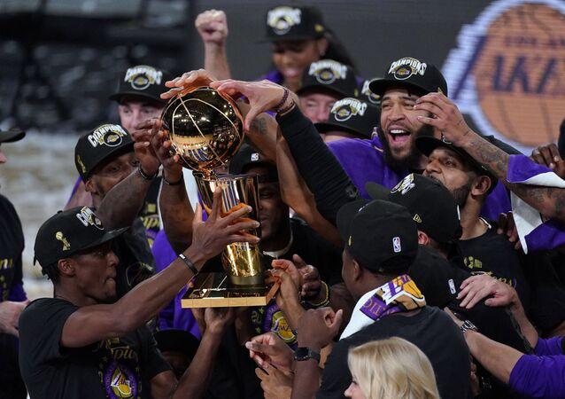 ليكرز يسحق هيت وينال لقب الدوري الأمريكي لكرة السلة للمرة 17