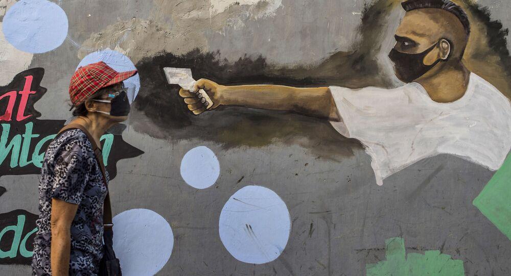 رسم غرافيتي توضيحي للوضع الوبائي في العالم ، فيروس كورونا - مدينة سورابايا شرق يافا، إندونيسيا، 30 سبتمبر 2020