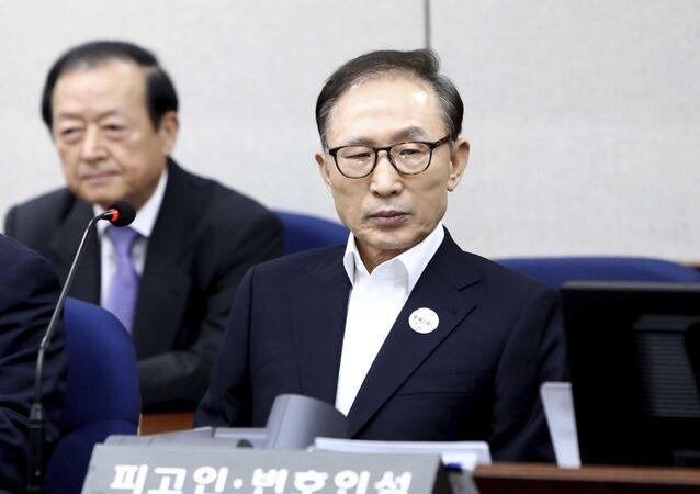 الرئيس الكوري الجنوبي السابق لي ميونغ باك يمثل أمام المحكمة