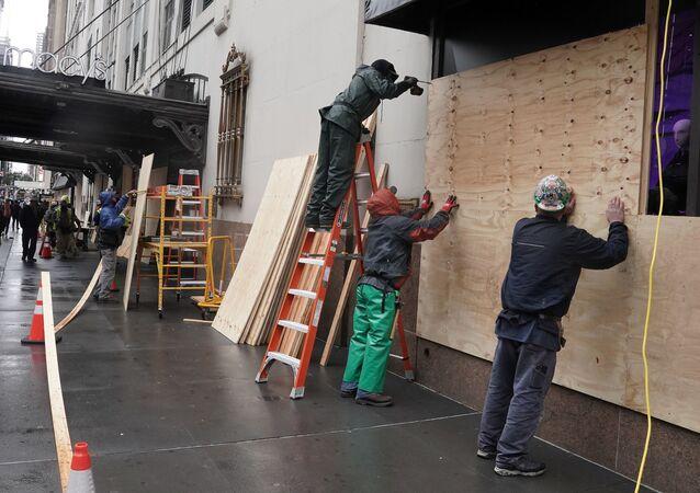 إحكام إغلاق نوافذ المحلات التجارية في نيويورك، قبل بدء الانتخابات الرئاسية في الولايات المتحدة،  30 أكتوبر 2020