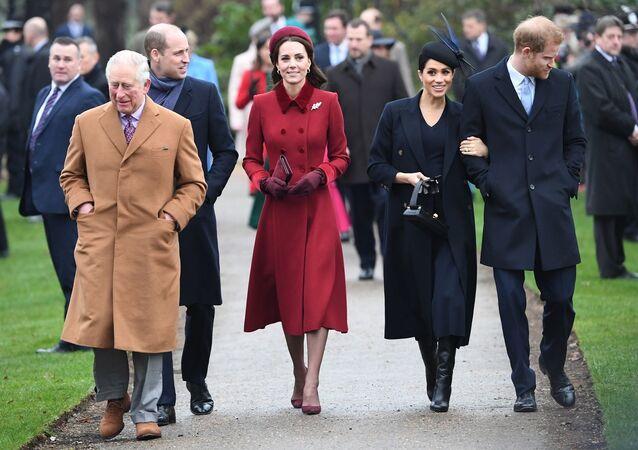 ولي عهد بريطانيا الأمير تشارلز يسير أمام نجليه الأمير هاري والأمير وليام وزوجتيهما ميغان ماركل وكيت ميدلتون، 25 ديسمبر/ كانون الأول 2018