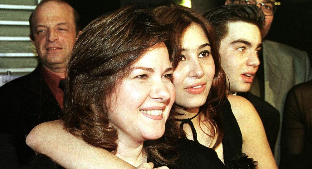 الفنانة المصرية، دلال عبد العزيز، والممثلة مايا شيحة والفنان شريف رمزي في العرض الخاص لفيلم أسرار البنات في 2001