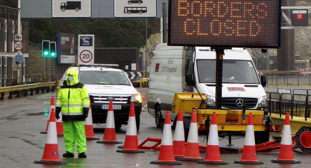 الوضع في بريطانيا مع ظهور سلالة كورونا الجديدة - لافتة مكتوب عليها حدود فرنسا مغلقة بعد فرض حظر التنقل والسفر بين بريطانيا والاتحاد الأوروبي، ميناء دوفير، إنجلترا 21 ديسمبر 2020