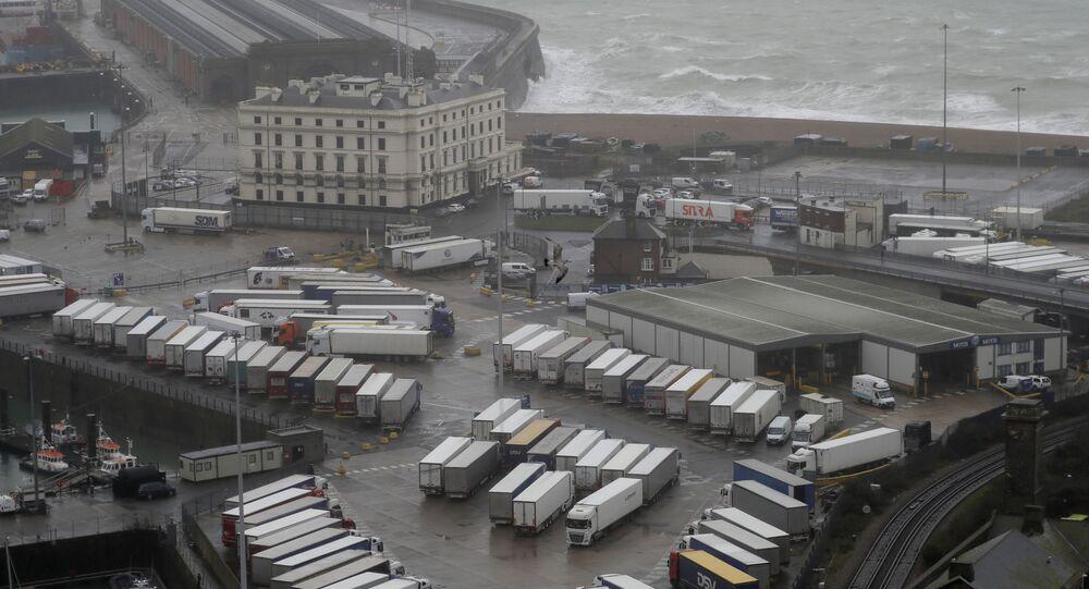 الوضع في بريطانيا مع ظهور سلالة كورونا الجديدة - شاحنات نقل في ميناء دوفير، بعد حظر المنقلبين بريطانيا والاتحاد الأوروبي، إنجلترا 21 ديسمبر 2020