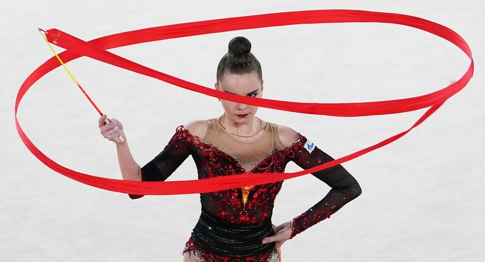 الروسية دينا أفيرينا تقدم عرضاً في قصر إيرينا فينر-أوسمانوفا للجمباز خلال بطولة الجمباز الإيقاعي الدولية عبر الإنترنت، 28 يونيو 2020