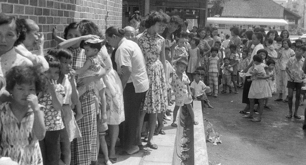 طوابير من الناس ينتظرون التطعيم ضد الجدري في سنغافورة،  20 أبريل 1959.