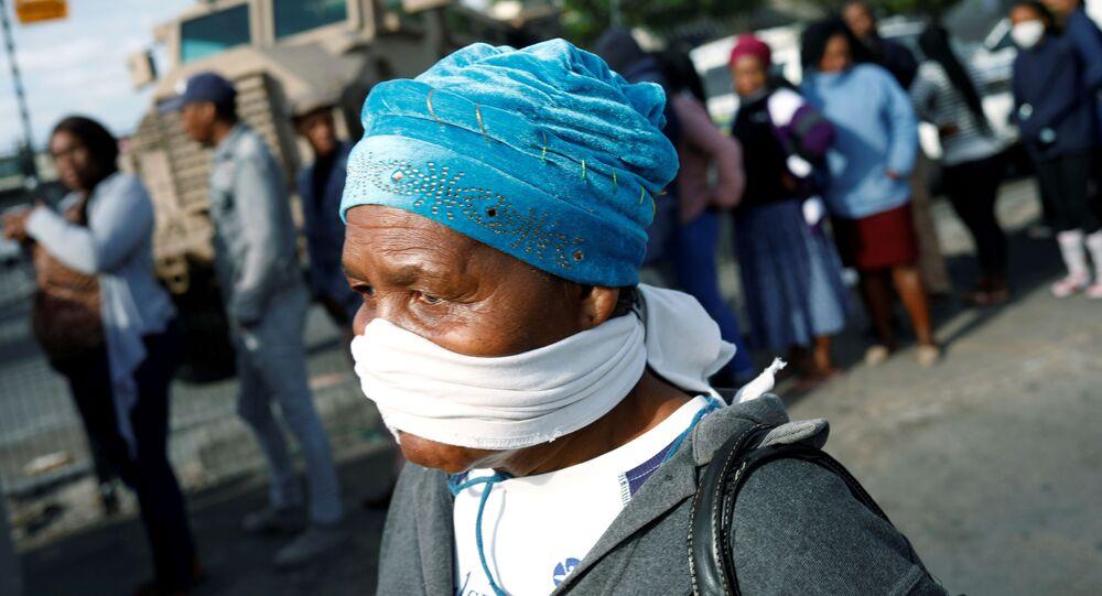 امرأة مسنة تغطي وجهها بقناع مؤقت خلال جائحة فيروس كورونا في جنوب أفريقيا