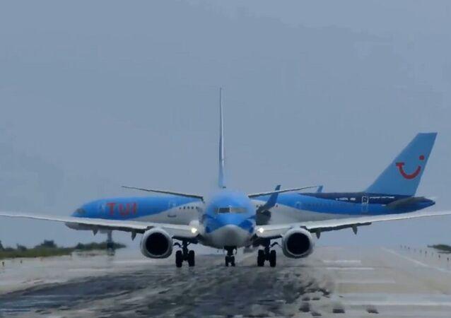 طائرة تعود للوراء على مدرج نشط... فيديو
