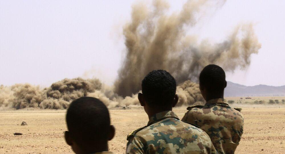 عناصر من الجيش السوداني يدمرون أسلحة مصادرة