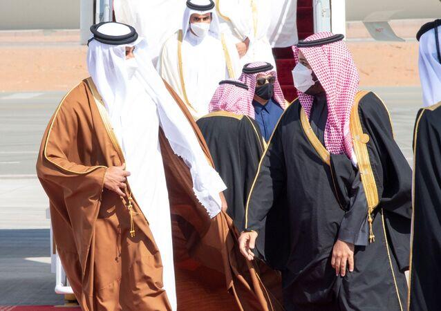 لي العهد السعودي، الأمير محمد بن سلمان، يستقبل أمير قطر، الشيخ تميم بن حمد آل ثاني، لدى وصوله لحضور القمة 41 لمجلس التعاون الخليجي في العلا، المملكة العربية السعودية، 5 يناير/ كانون الثاني 2021