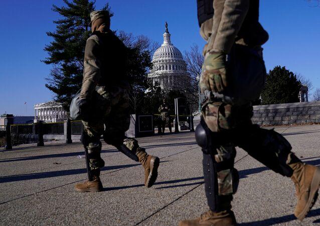 قوات الحرس الوطني الأمريكي خارج بناء الكونغرس