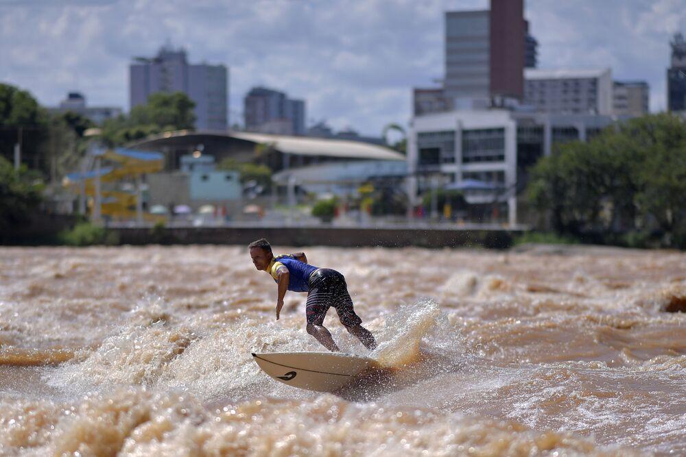 راكب الأمواج البرازيلي باولو غويدو على نهر دوسي في محافظة غوفيرنادور فالاداريس، البرازيل، 9 يناير 2021