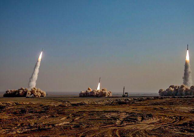 الحرس الثوري الإيراني يطق صواريخ في مناورات الرسول الأعظم