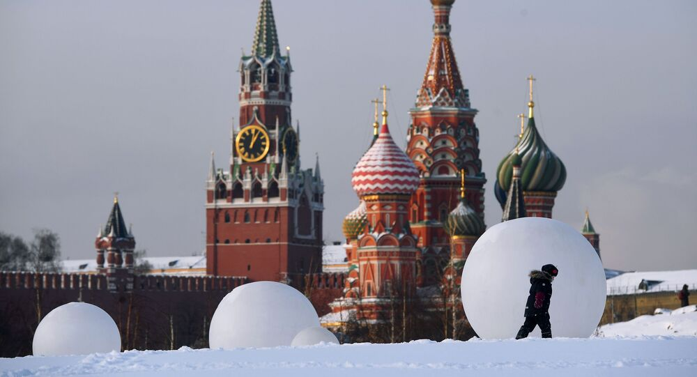 كاتدرائية القديس باسيل وبرج سباسكايا على خلفية الكرملين في موسكو، روسيا 15 يناير 2021
