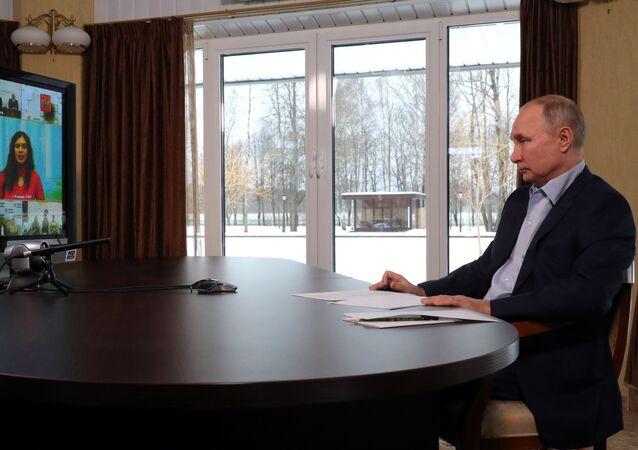 بوتين خلال لقائه مع طلاب الجامعات
