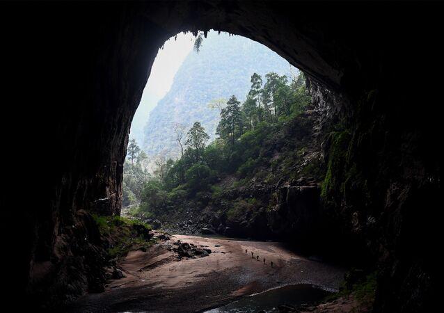 سياح داخل كهف شاندونغ، أحد أكبر الكهوف الطبيعية في العالم، خلال جولة في مقاطعة كوانغ بينه بوسط فيتنام، 16 يناير 2021