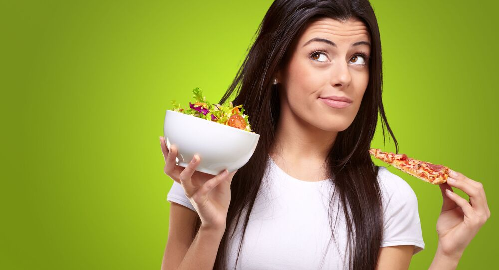 امرأة تختار وجبة طعام
