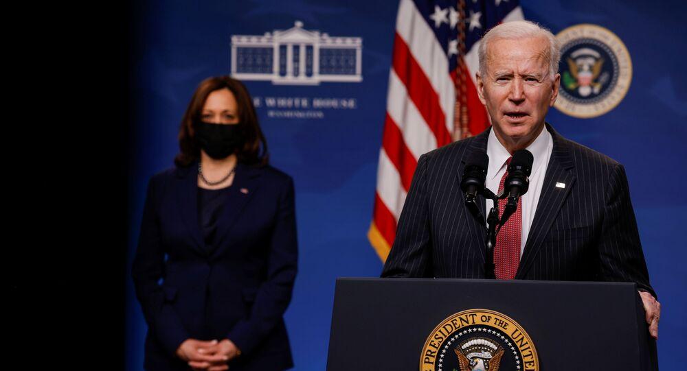 الرئيس الأمريكي جو بايدن أثناء زيارته إلى البنتاغون، وعلى خلفيته نائبة الرئيس الأمريكي كامالا هاريس، فرجينيا، الولايات المتحدة 10 فبراير 2021