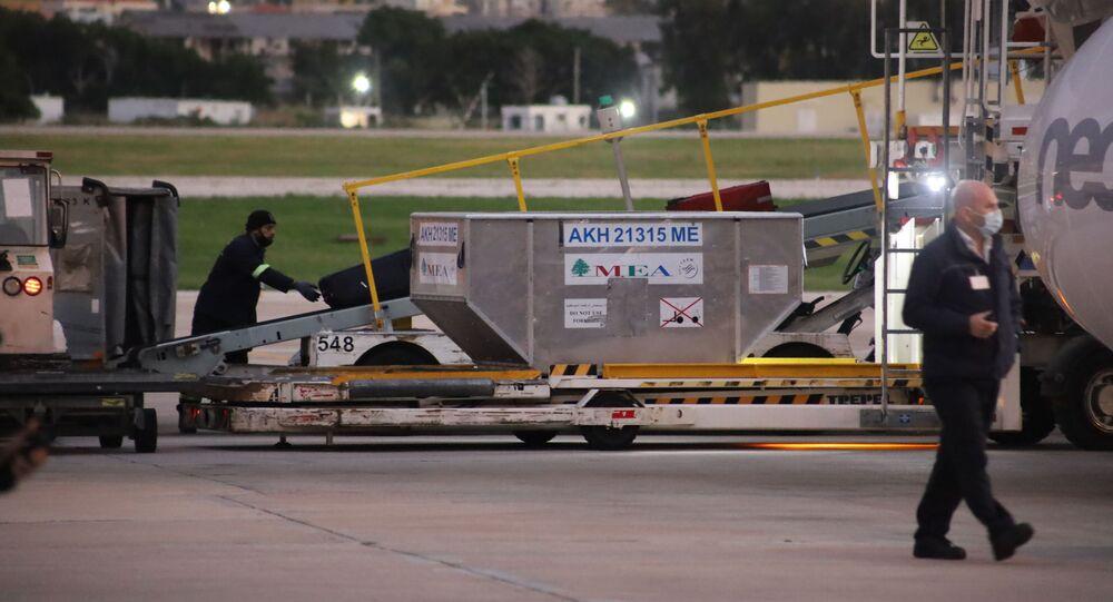 لبنان.. وصول أولى شحنات لقاح فايزر إلى مطار بيروت