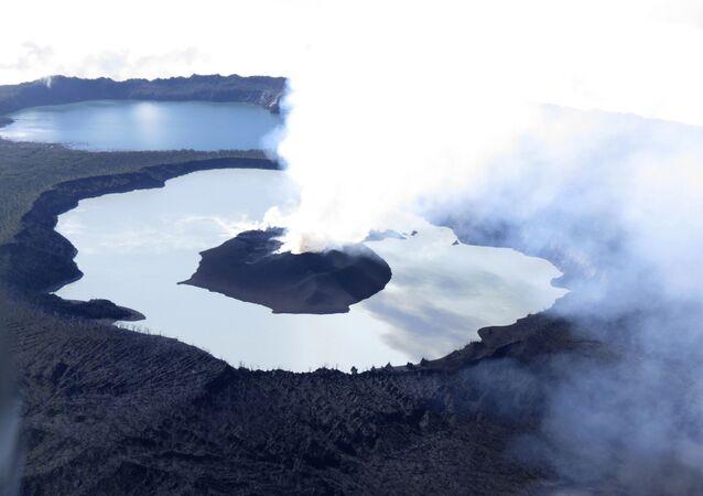 دخان يتاعد من فوهة بركان بالقرب من جزر فانواتو
