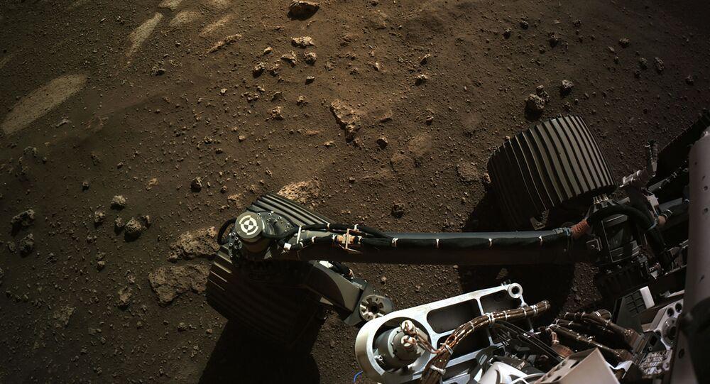 موقع هبوط المركبة المتجولة بيرسيفرانس مارس التابعة لوكالة الفضاء الدولية ناسا في جيزيرو كراتر على سطح المريخ في 18 فبراير 2021، في صورة أساسية التقطتها كاميرا التصوير عالي الدقة العلمية هايرايز على متن مركبة استكشاف المريخ المدارية التابعة لـناسا.