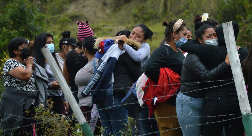 يتجمع أقارب السجناء خارج سجن توري، حيث اندلعت أعمال شغب في كوينكا، الإكوادور، 23 فبراير 2021. اندلعت أعمال شغب مميتة في سجون في ثلاث مدن في جميع أنحاء البلاد بسبب المعارك بين العصابات المتناحرة، وفقًا للشرطة.